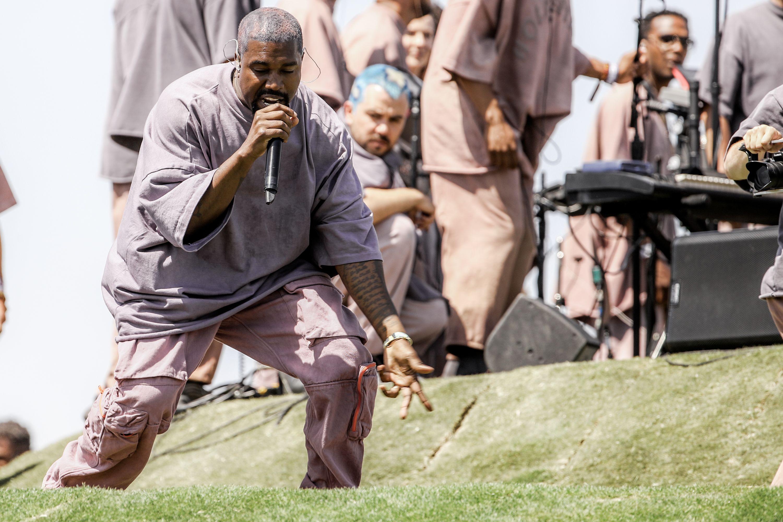 """E così le """"messe domenicali"""" di Kanye West sono il nuovo ritrovo delle star di Hollywood (per Brad Pitt, e non solo)"""