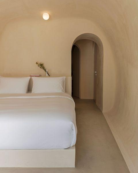 parte de una casa reformada por kapsimalis architects en santorini con el estilo característico de las islas