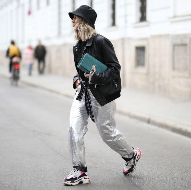 vrouw op straat in leren jas