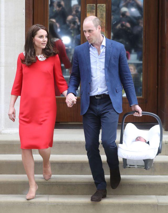 Kate Middleton amb el seu tercer fill sortint de l'hospital