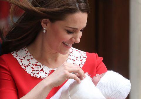 Kate Middleton y Luis de Cambridge posan en el bautizo de Luis para Matt Porteous