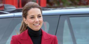 Kate Middleton con chaqueta roja y cuello cisne