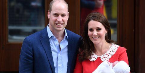 Horas después de la noticia de la llegada de su tercer hijo, los Duques de Cambridge nos presentan a su nuevo bebé. No sin que antes sus hermanos mayores fueran a hacerle una visita.
