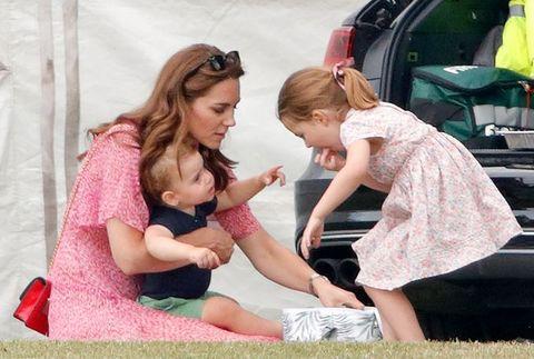 Kate Middleton, Prins Louis en Prinses Charlotte wonen een polowedstrijd bij