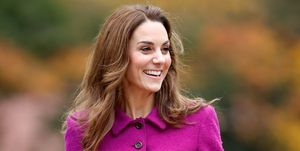 Kate Middleton in een roze pak tijdens bezoek aan kinderhospies.