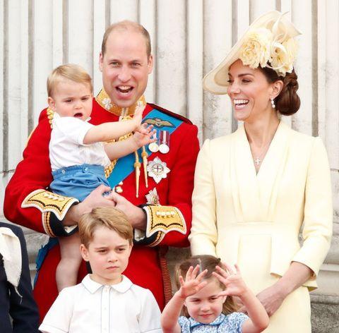 Kate Middleton, Prins William, Prins George, Prinses Charlotte en Prins Louis op het balkon van Buckingham Palace