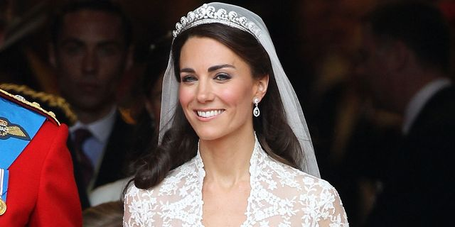 kate middleton cried when her wedding dress designer leaked kate middleton cried when her wedding