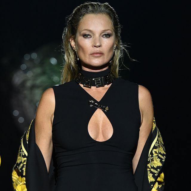 kate moss desfila para versace en la semana de la moda de milán