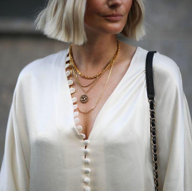 vrouw gouden kettingen