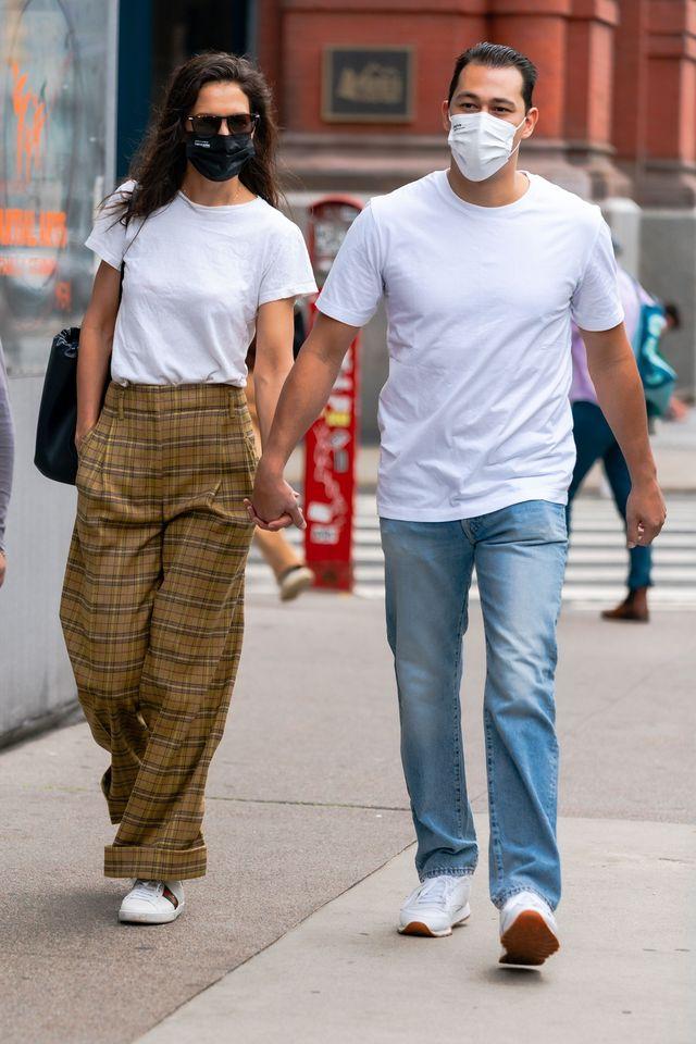 ニューヨークの街を歩くケイティ・ホームズとエミリオ・ヴィトロ