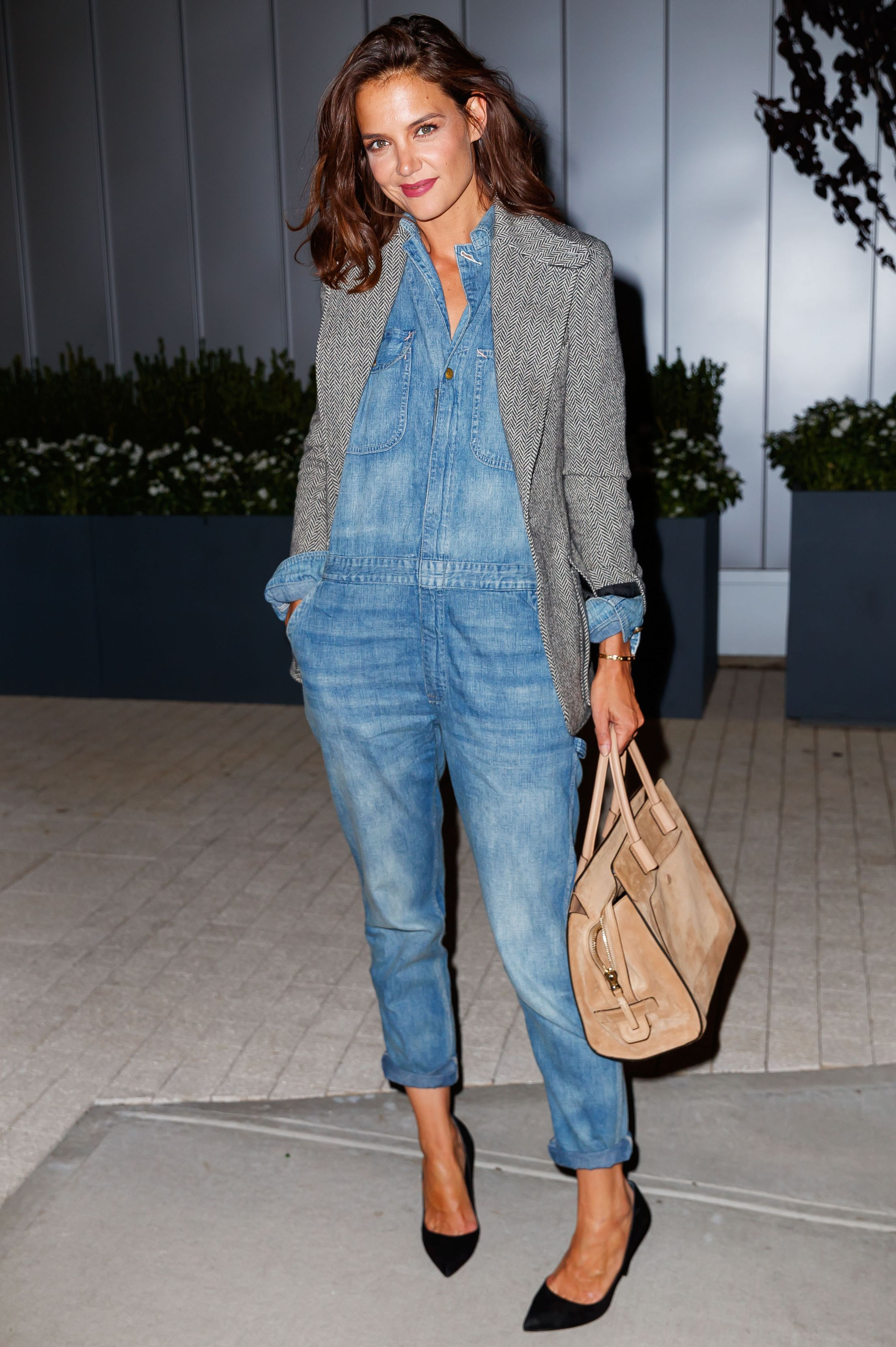 Katie Holmes Turn your Memorial Day denim jumpsuit in an office-appropriate outfit the next day by throwing on a blazer and pair of heels. The outfit suddenly goes from casual to polished.
