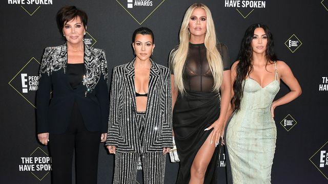 vlnr kris jenner, kourtney kardashian, khloe kardashian, kim kardashian op rode loper e people's choice awards in november 2019