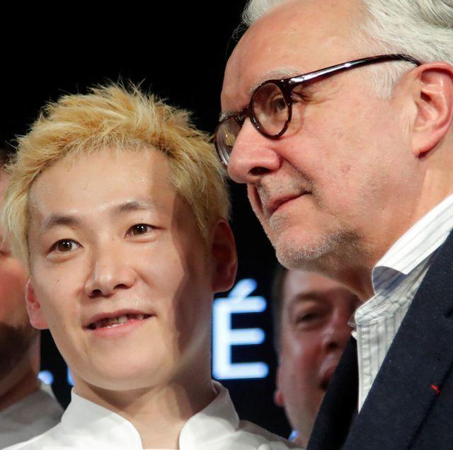 「ミシュランガイド」の2020年フランス版発表会場での小林圭シェフとアラン・デュカス氏