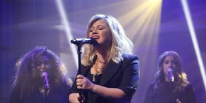 kelly clarkson performing