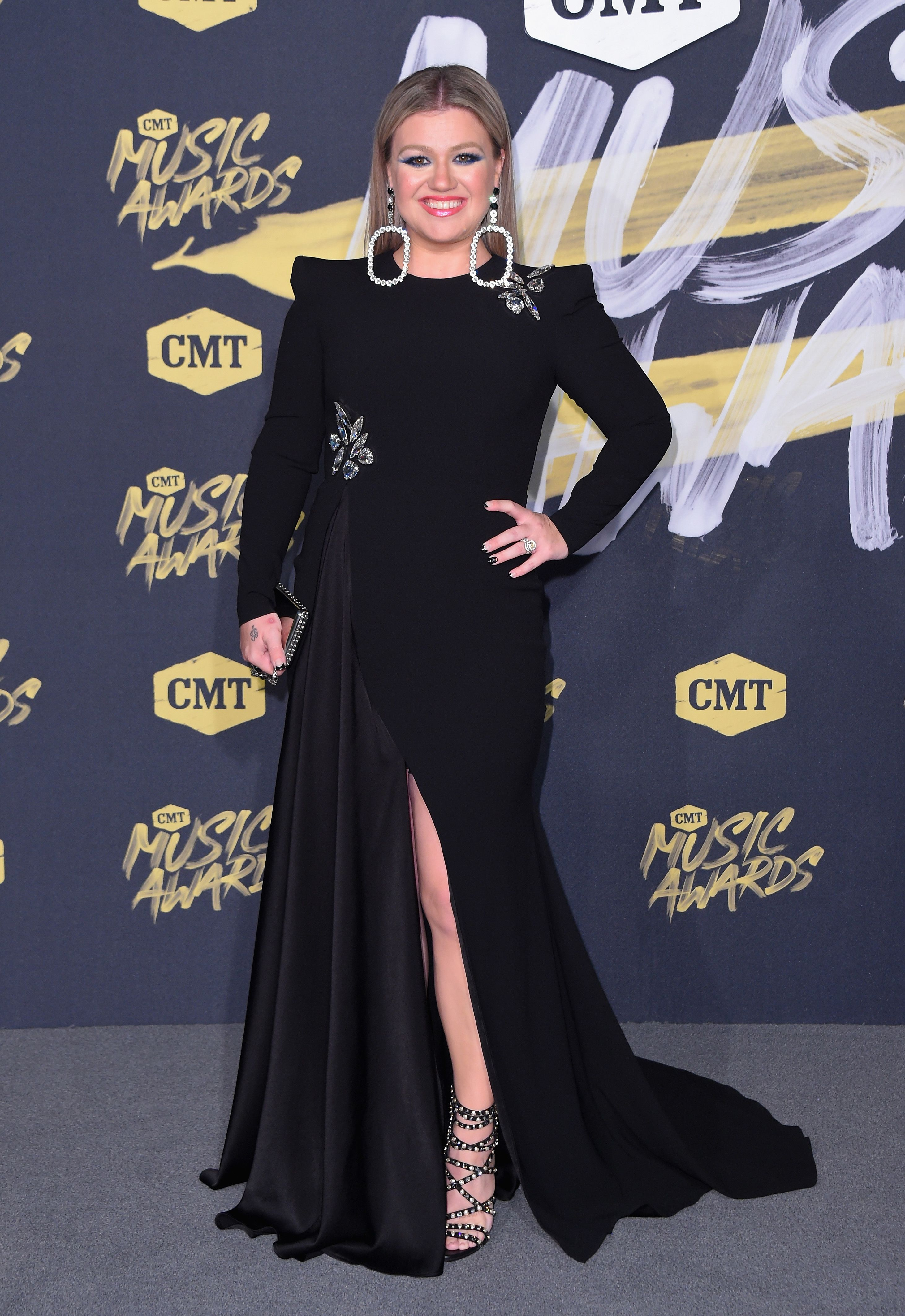 kelly clarkson cmt awards red carpet look