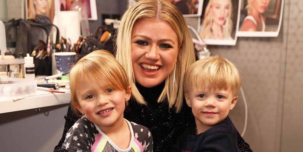 """Kelly Clarkson Shuts Down Attacks of """"Being the Worst Mom Ever"""" for Dyeing Her Daughter's Hair"""