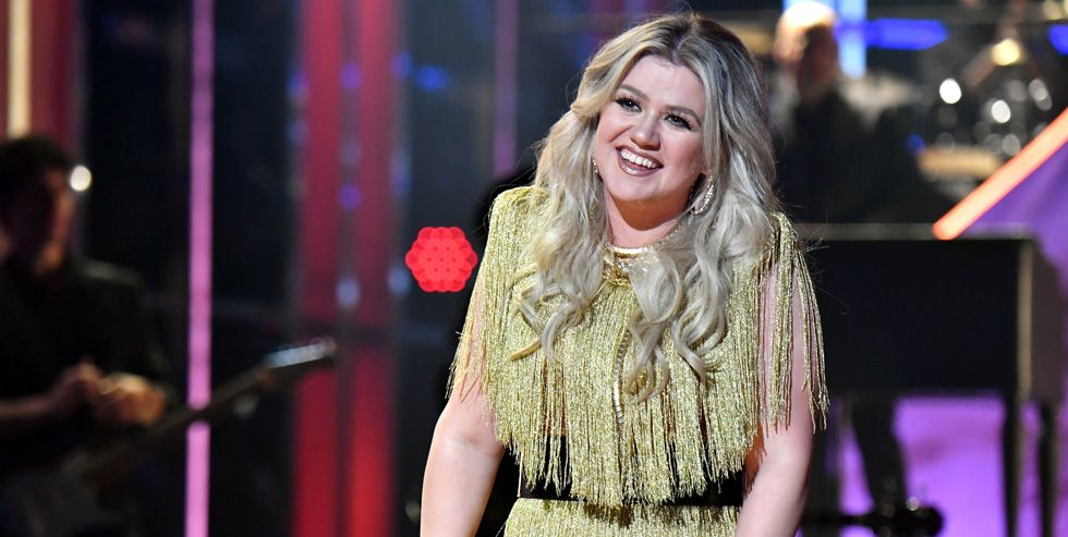 Kelly Clarkson Wedding.Kelly Clarkson Surprises Bride And Groom With Emotional