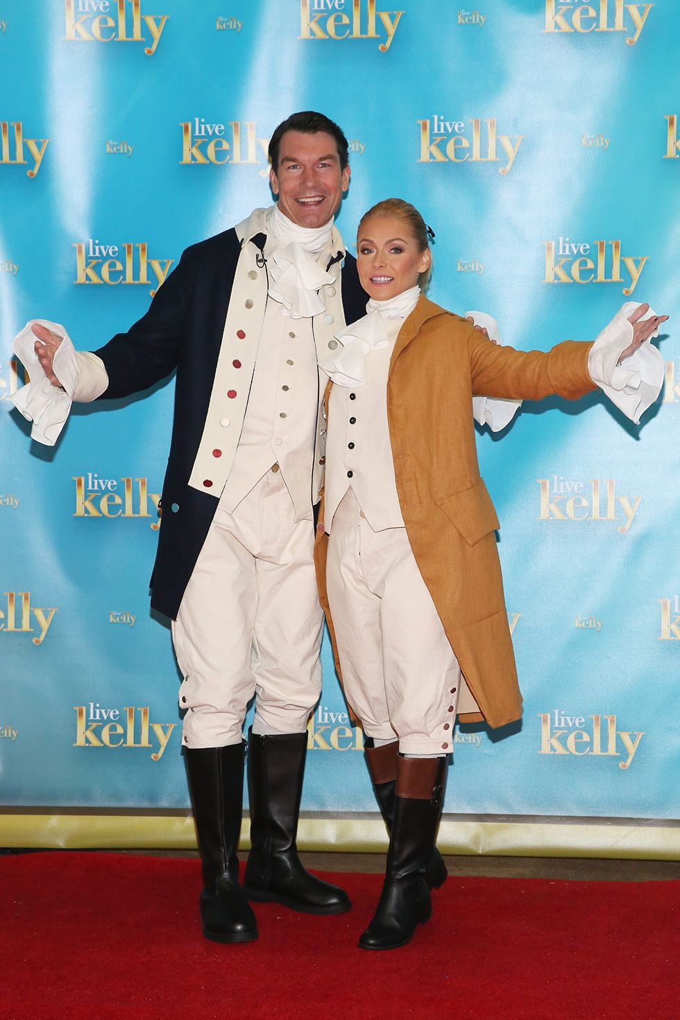 Jerry O'Connell and Kelly Ripa - Founding Fathers Live With Kelly & Michael guest co-host Jerry O'Connell and television host Kelly Ripa dressed up as founding fathers in 2016. Sooo old-school.