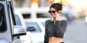 Kendall Jenner loopt op straat in een crop top
