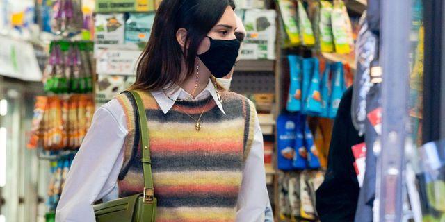 kendall jenner chaleco camisa mocasines look tendencias street style celebrity moda
