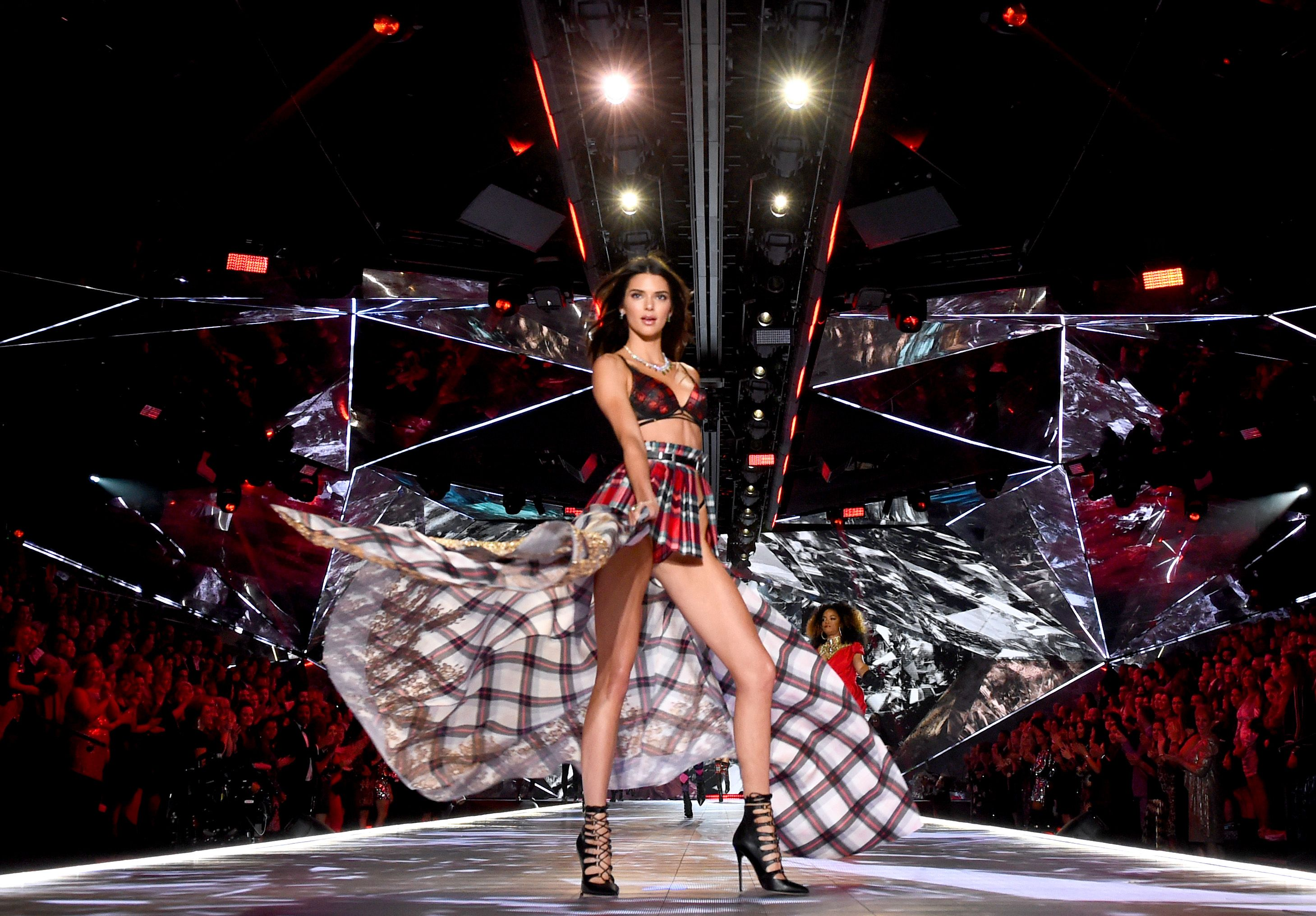 See Kendall Jenner Walk The 2018 Victoria S Secret Fashion Show