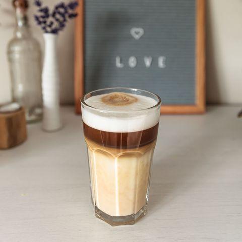 vaso de café con espuma en una mesa