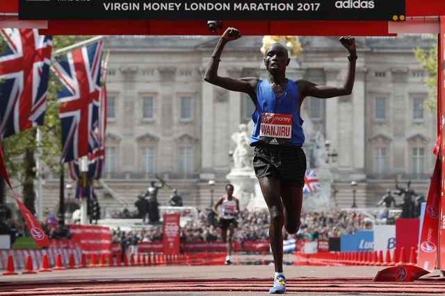 el atleta keniano entra triunfante en el maratón de londres 2017