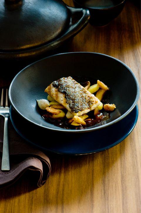 Gegrilde zeebaars met gnocchi, cepes, zilverui en jus van hazelnootjes