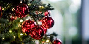 Nieuwe kerstboomtrend! Hang je boom vol met kerstballen gevuld met gin