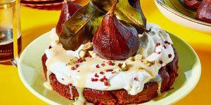 Poire belle-hélène revisitée: chococake met koffieperen en witte choco-misosaus