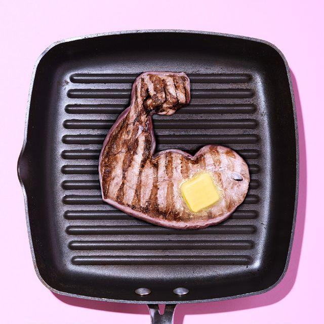 keto arm van vlees in de pan, met roomboter