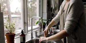 Vrouw maakt keuken schoon