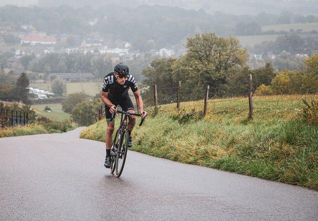 bicycling renner beklimt keutenberg in limburg