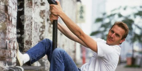 Human leg, Jeans, Denim, Elbow, T-shirt, Street fashion, Knee, Muscle, Physical fitness, Outdoor shoe,