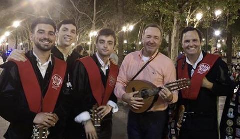 Kevin Spacey canta 'La Bamba' con una tuna de Sevilla