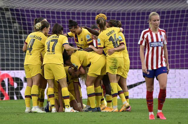 las futbolistas del barcelona celebran el gol de clasificación de los cuartos de final ante el atlético de madrid en la liga de campeones