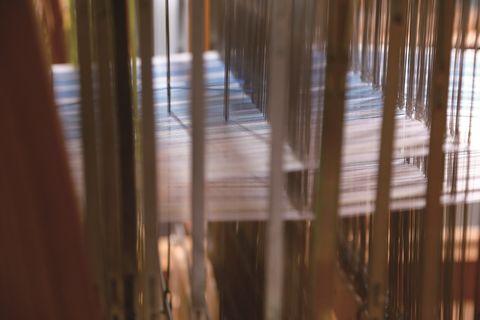 宮入映さんの機織り風景。