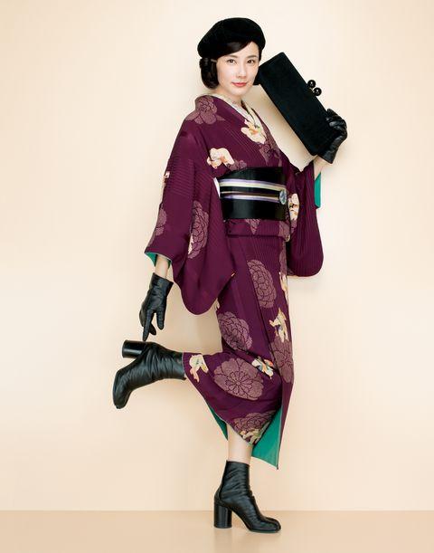 紫のアンティーク小紋をお召しの吉田羊さん