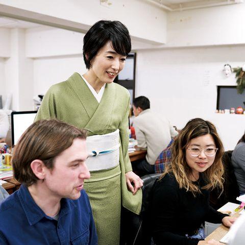 編集部で打ち合わせをする東谷彰子さん。