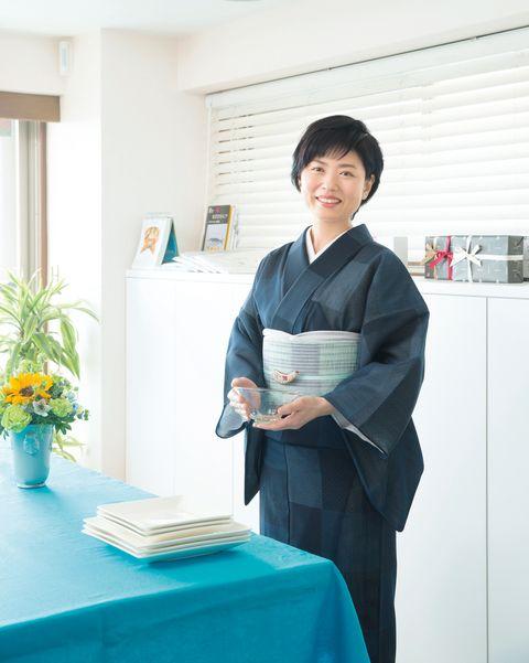 濃紺の夏結城に「帯屋捨松」製の水色の羅の八寸なごや帯を合わせた濱田美里さん
