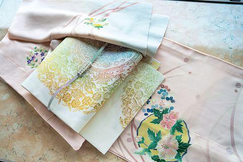 大羊居作のピンクの絽の付けさげと龍村美術織物製の袋帯に真珠の帯留