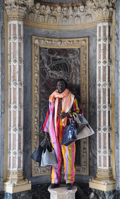 Kia Henda, mercante di Venezia, venditore ambulante africano