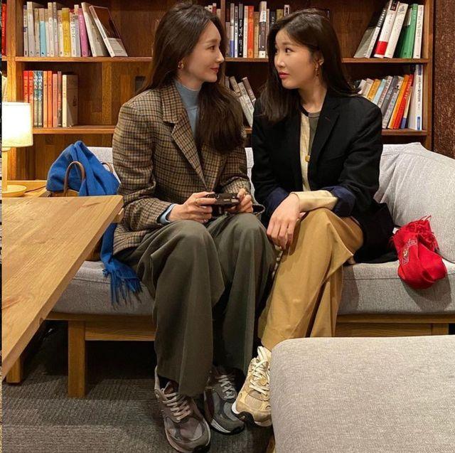 コーディネートに欠かせない「スニーカー」。それは韓国セレブたちも同じみたい! 最近のトレンドは、ベーシックレトロなデザインにカムバック。ニューバランスやナイキなど、シンプルで洗練されたスタイルのヒントを、韓国セレブたちの着こなしからピックアップします。