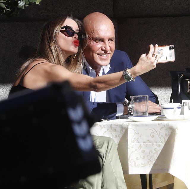 kiko matamoros y marta lópez se hacen un selfie en la terraza de un restaurante