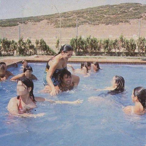 foto antigua de isabel pantoja sobre los hombros de francisco rivera 'paquirri' en una piscina