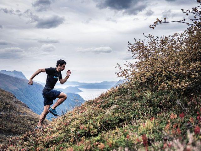 kilian jornet corriendo por la montaña