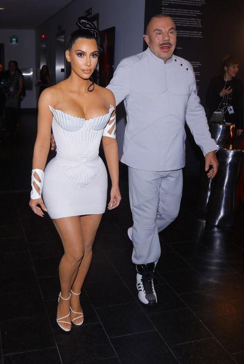 8b604da0c Kim Kardashian luce dos vestidos de inspiración griega durante la  inauguración de una exposición sobre Thierry