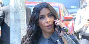 Kim Kardashian hablando por teléfono en Nueva York con look gris 'bolardo'