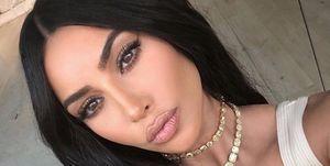 Kim Kardashian posa con su melena extra larga