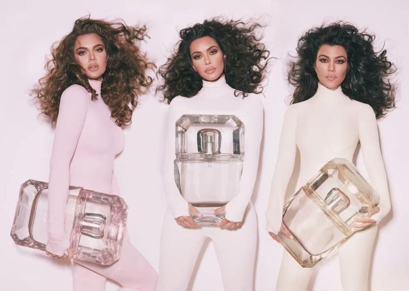 Kim Kardashian enseña a colocar las cintas adhesivas en el pecho